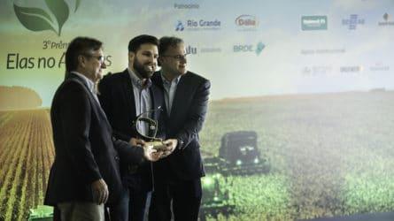 Diretor da ILSA Brasil Lucas Alban recebe premio Federasul na Expointer